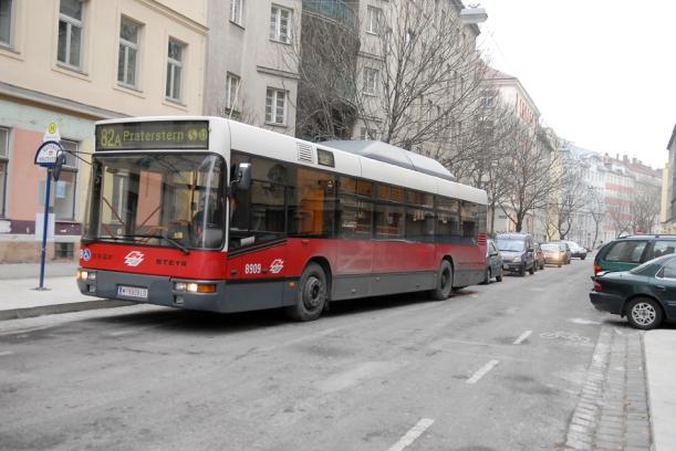 Leerer Bus im Wohnviertel