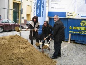 Stadtbaudirektorin Brigitte Jilka, Vizebürgermeisterin Maria Vassilakou und Bezirksvorsteher Karlheinz Hora beim symbolischen Spatenstich am 12. November 2013