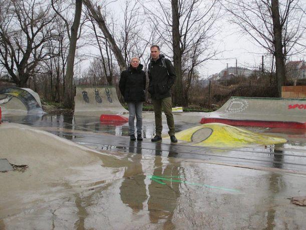 BV-Stv. Uschi Lichtenegger und BR Bernhard Seitz bei der gefährdeten Skateranlage